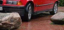 Kamieniem w (nielegalnie parkujące) auto