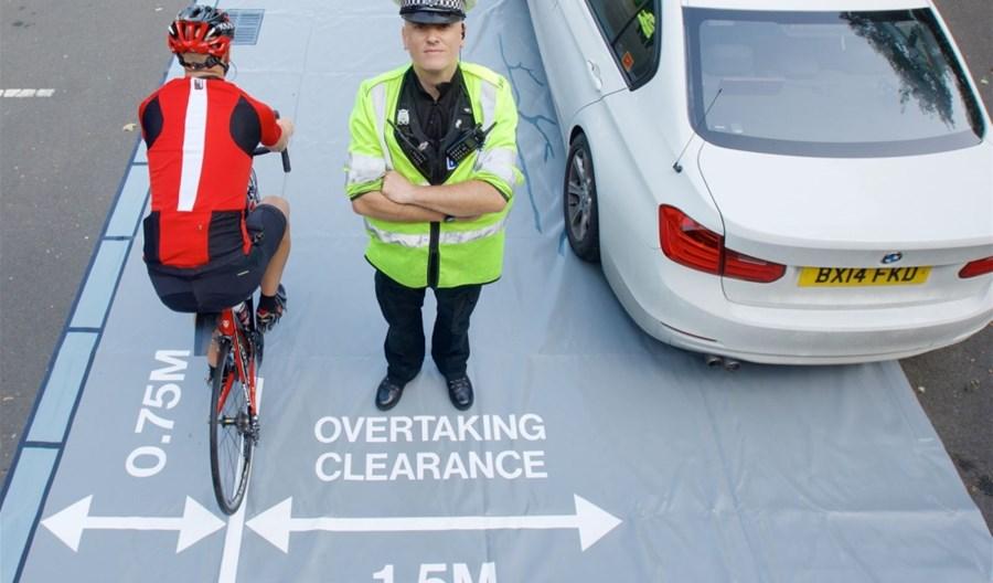 Wielka Brytania. Policjanci-rowerzyści w cywilnych ubraniach łapią kierowców