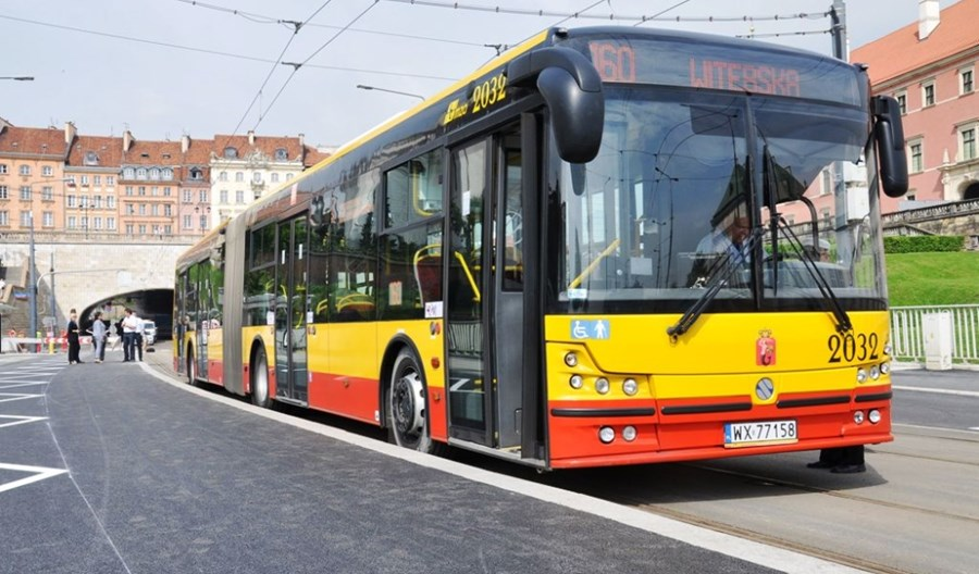 Warszawa: Dzięki bezpłatnej karcie ucznia więcej rodziców w autobusie