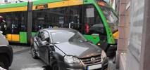 Poznań: Tramwaj wypadł z szyn i uderzył w budynek