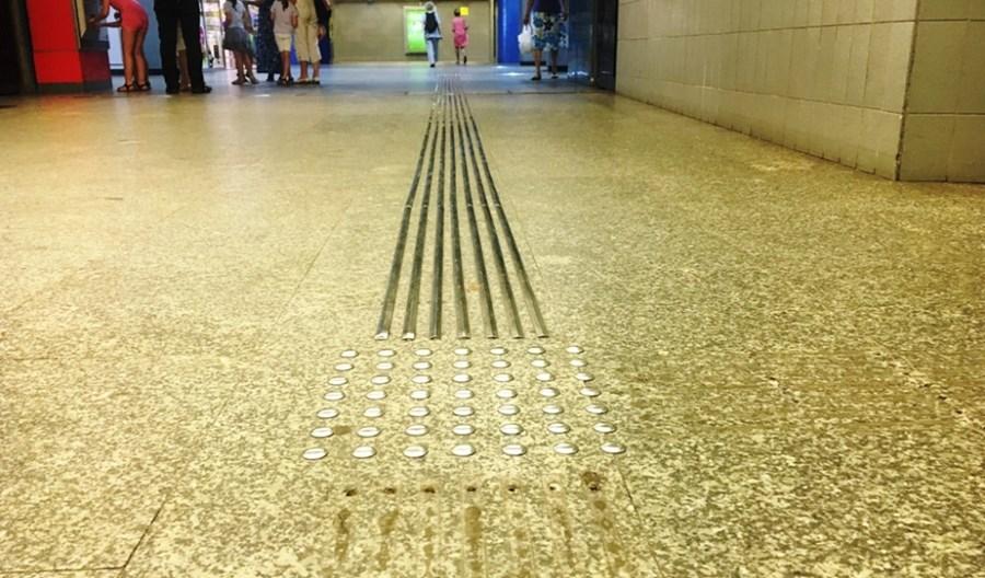 Metro: Nie ma pieniędzy na wymianę śliskich listew dla niewidomych. Będą kolejne testy