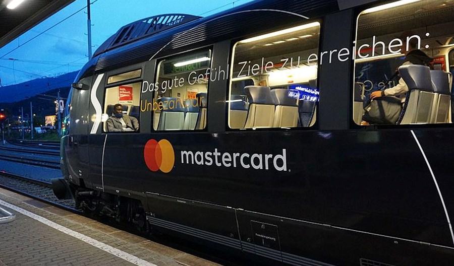 Mastercard: Mieszkańcy miast chcą płacić kartą także za transport