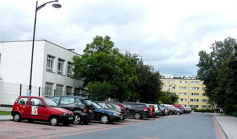 W Krakowie, Poznaniu i Łodzi pomysł zakazu podwożenia dzieci do szkoły