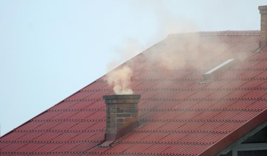 Zakaz palenia w kominkach w smogowe dni na Mazowszu wchodzi w życie