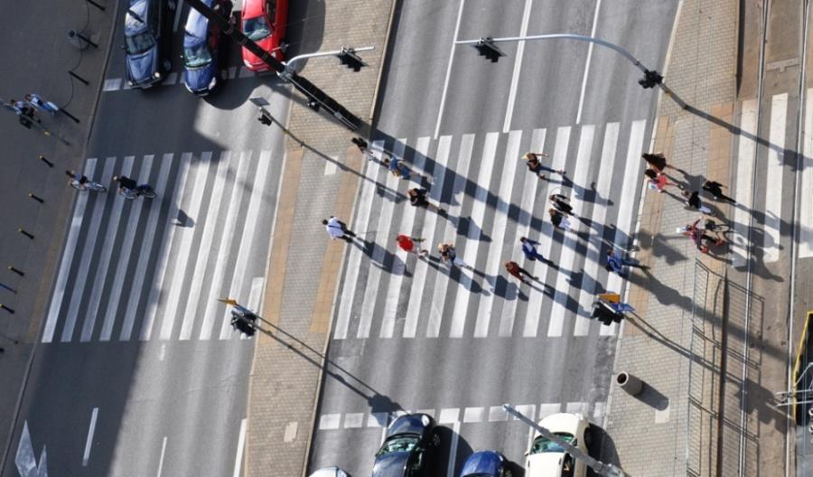 MI: Pierwszeństwo dla pieszych wchodzących, ale nie oczekujących