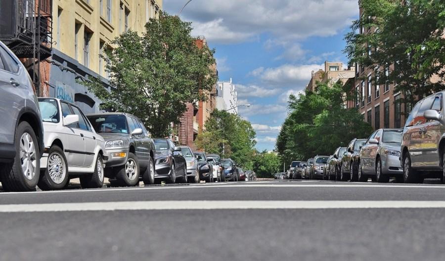 Jak zarządzać przestrzeniami parkingowymi w miastach?