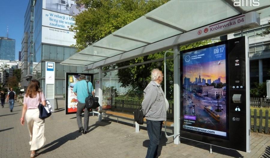 Warszawskie przystanki z nowymi ekranami multimedialnymi