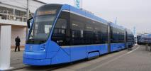 Smukłe niebieskie tramwaje dla Monachium