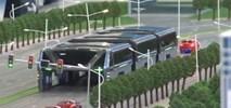 Chiny. Autobus, pod którym przejeżdżają samochody