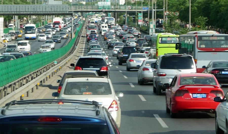 Jak ograniczać ruch uliczny? Loterie tablic, płatne centra miast…