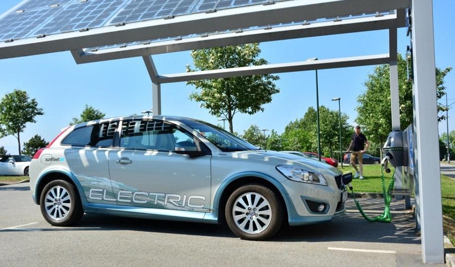 """Rząd stawia na elektromobilność z węgla. """"Smog nie zabija"""""""