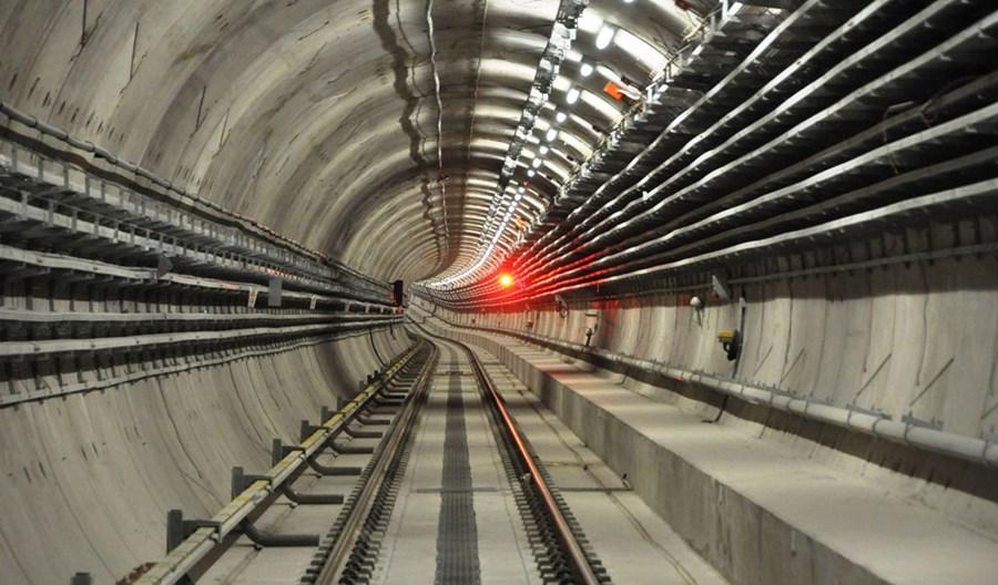 Wylicytuj przejście tunelem metra oraz prowadzenie tramwaju