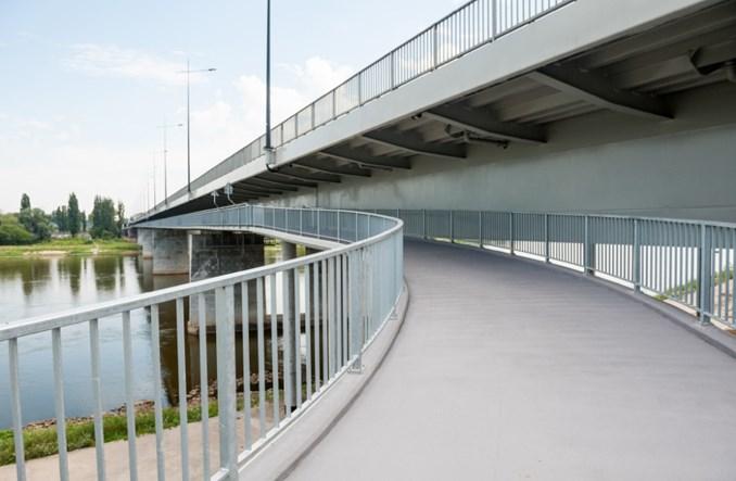 Warszawa. Kładka pieszo–rowerowa pod mostem Łazienkowskim gotowa