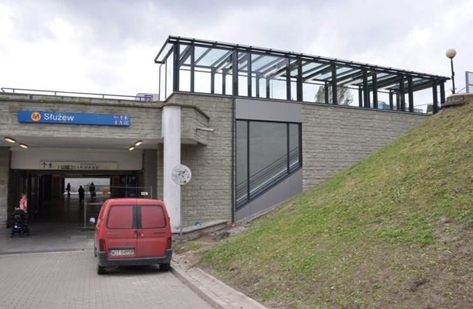 Spółdz. mieszkaniowa wybudowała schody ruchome do metra