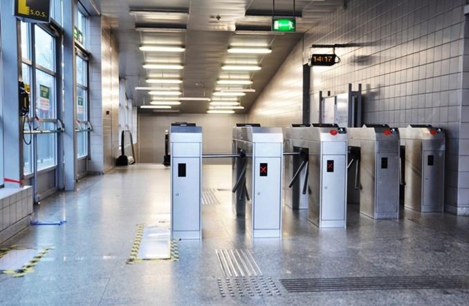 Warszawa: ZTM zamiast likwidować uszczelnia bramki w metrze. Bez szans na sukces