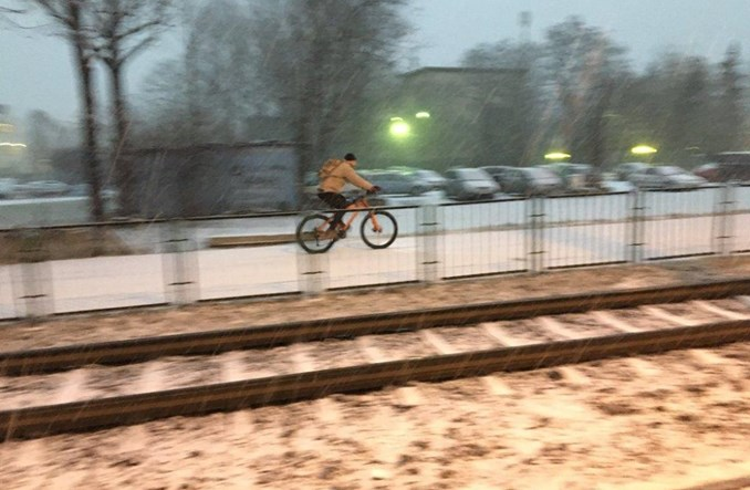 Kraków. W zimie po ulicach wciąż jeżdżą rowerzyści