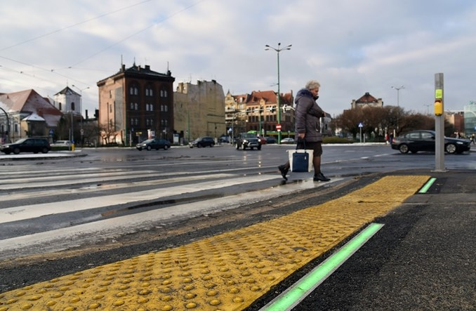 Poznań. Przejście z sygnalizacją w chodniku