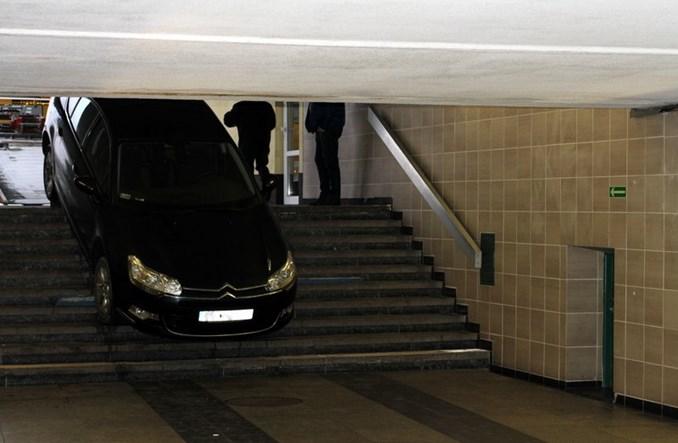 Łódź Kaliska: Kierowca szukał parkingu, wjechał na schody