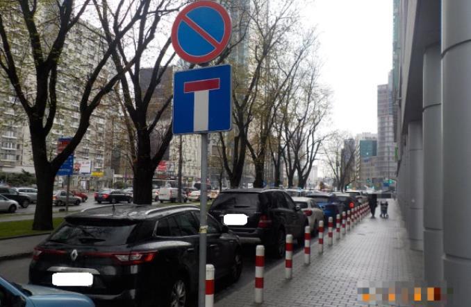 Warszawa. 300 tys. zgłoszeń nielegalnego parkowania w 2017 r.