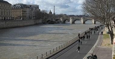Paryż. Awantura o wyrzucenie samochodów z bulwarów Sekwany