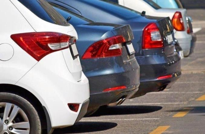 MI: Piesi mają dzielić się chodnikiem z samochodami