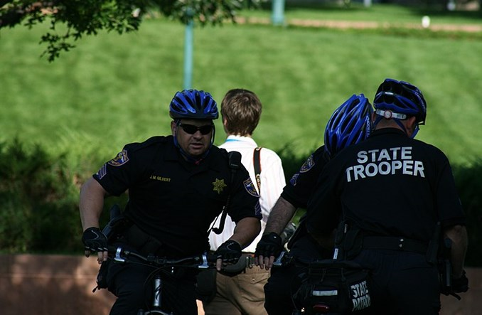 Denver. Policjanci jeżdżą rowerem po chodniku, bo boją się po ulicy