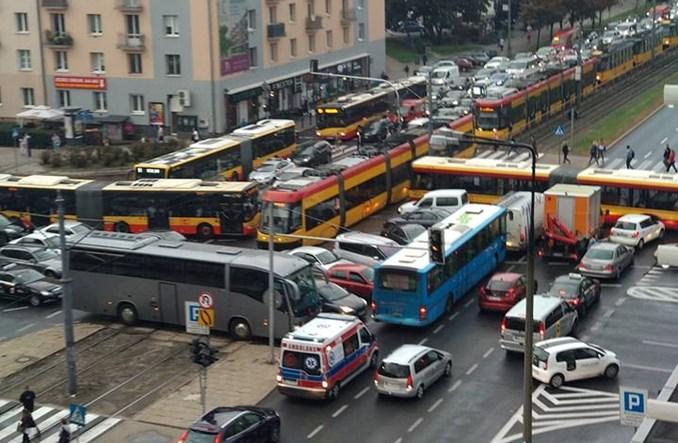 Warszawa. Ilu ludzi stoi w korku na skrzyżowaniu Grójecka/Wawelska?