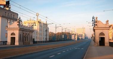 Komentarz. Most Trzaskowskiego. Szeroki, przestronny, z radiowozem