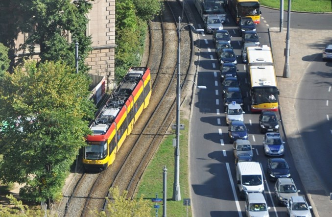 Polacy lubią transport publiczny, ale kochają auta [BADANIE]