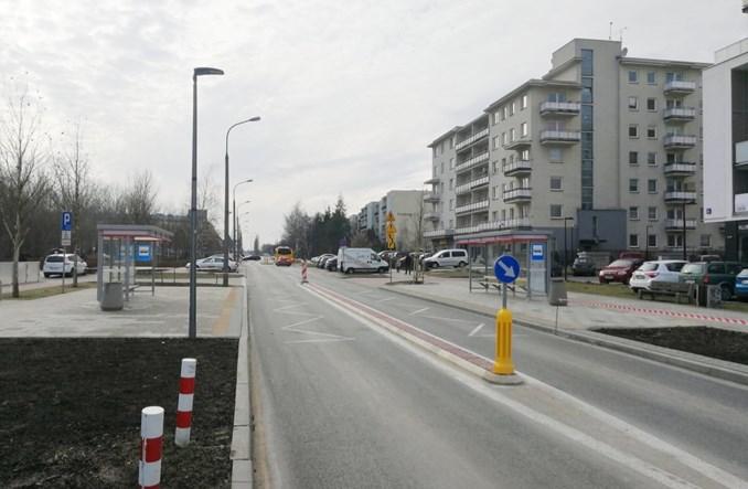 Warszawa: Nowy przystanek. Bez zatoki, za to z separatorem