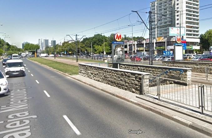 Przystanek na Polu Mokotowskim dostępny z poziomu terenu. Prace w tym roku