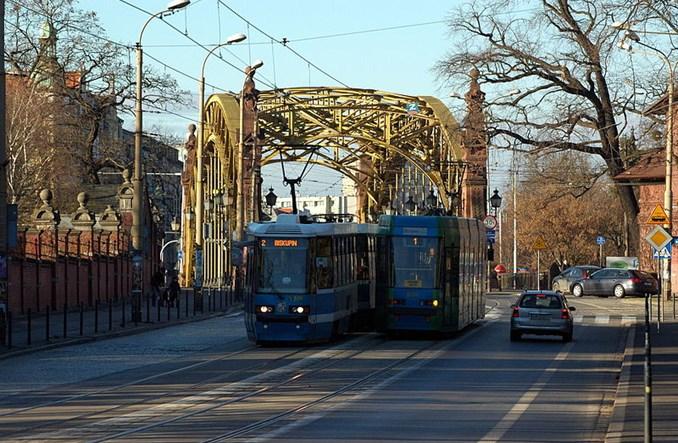 Wiatr zatrzymał tramwaje we Wrocławiu i WKD w Warszawie