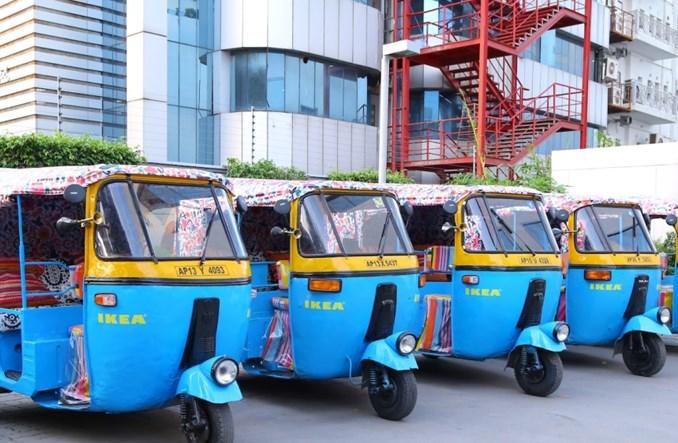 Indie. Ikea dostarcza meble… elektrycznymi rikszami