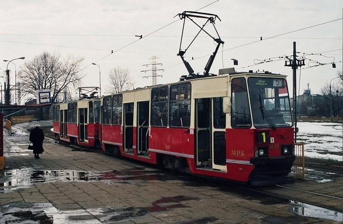 Łódź: Kremowo-czerwony skład 805Na dla KMST