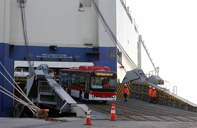 Santiago. 100 autobusów od BYD-a dopłynęło do Chile