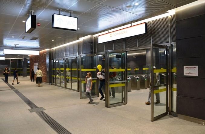 Metro na Targówek otwarte. Warszawiacy oglądają nowe stacje [zdjęcia]