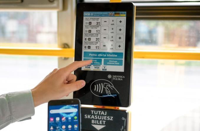 Technologie dla pasażera: Karty i aplikacje wypierają bilety papierowe