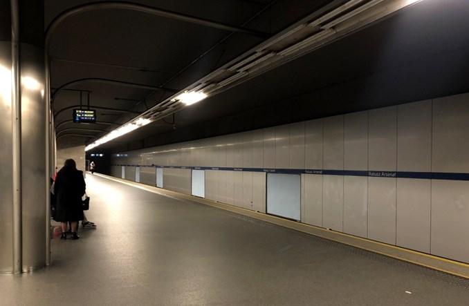 Metro: Dziwne przypadki z oświetleniem na stacji Ratusz. Aby było lepiej, musi być gorzej?