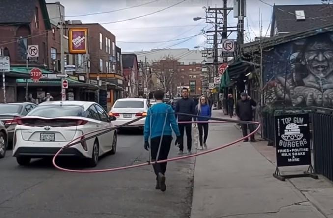 Kanadyjczyk pokazuje, jak wąskie chodniki utrudniają utrzymywanie dystansu społecznego