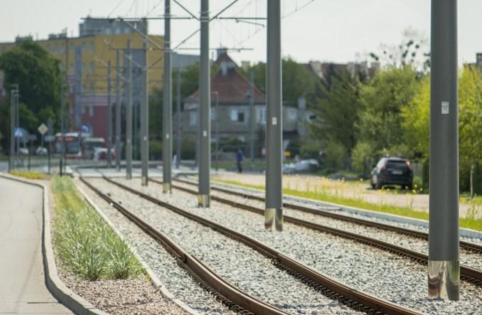 Gdańsk bez szczęścia. Fragment tramwaju w ciągu Nowej Warszawskiej dalej drogi