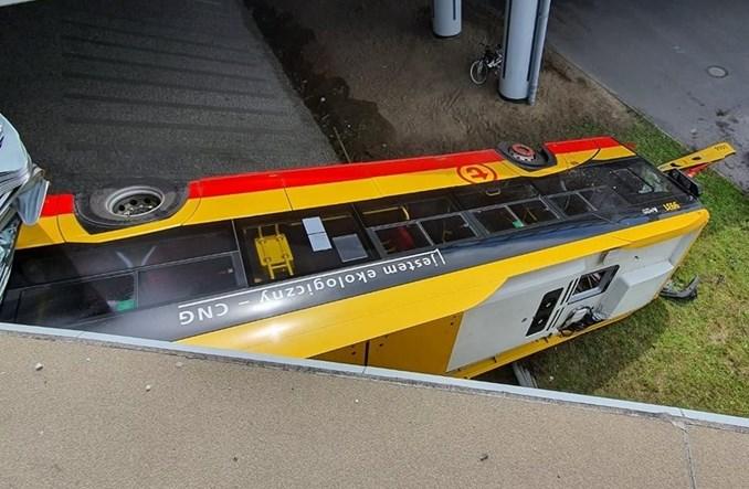 Tragiczny wypadek w Warszawie. Autobus spadł z wiaduktu [aktualizacja]