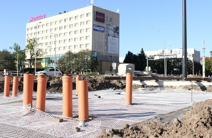 Toruń: Trwają prace przy budowie torowiska w centrum
