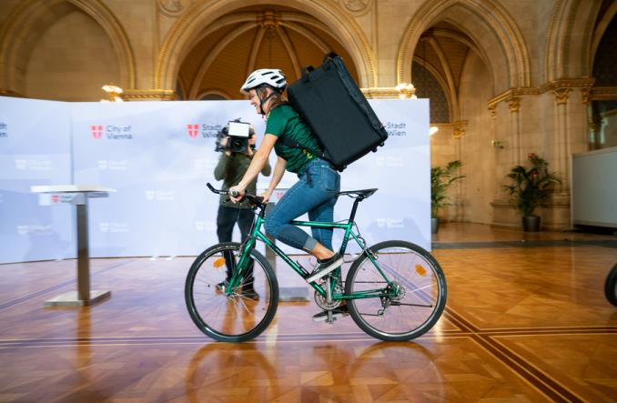 Wiedeńscy kurierzy rowerowi dowożą nowe testy na koronawirusa