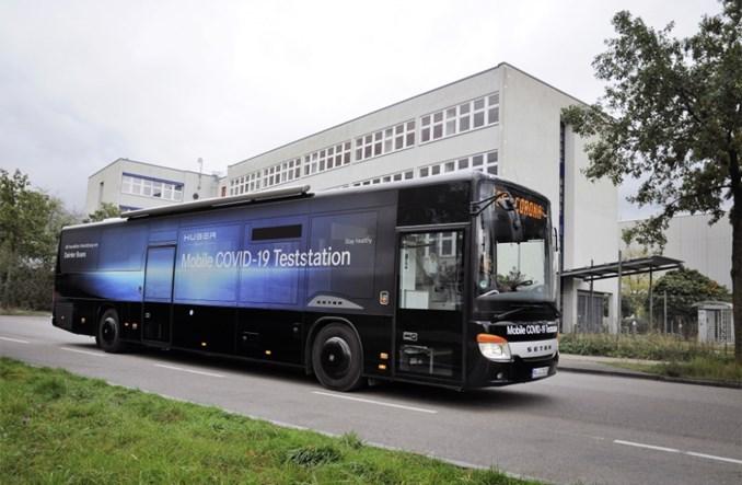 Międzymiastowy autobus Setry jako mobilna stacja do testów na COVID-19