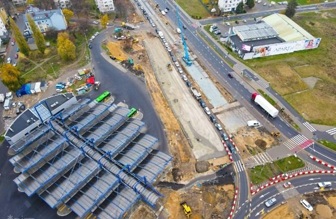 Poznań: Przebudowa ronda Rataje. Na placu budowy pierwsze płyty torowe