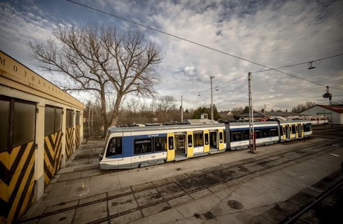 Pierwszy tramwaj dwusystemowy Stadlera dotarł na Węgry