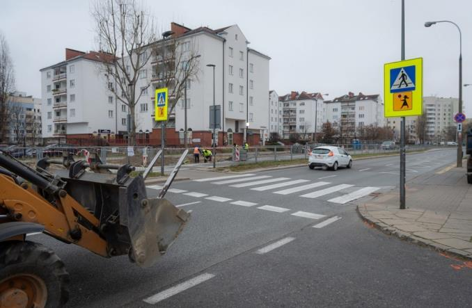Warszawa: Drogowcy poprawią bezpieczeństwo na stu kolejnych przejściach