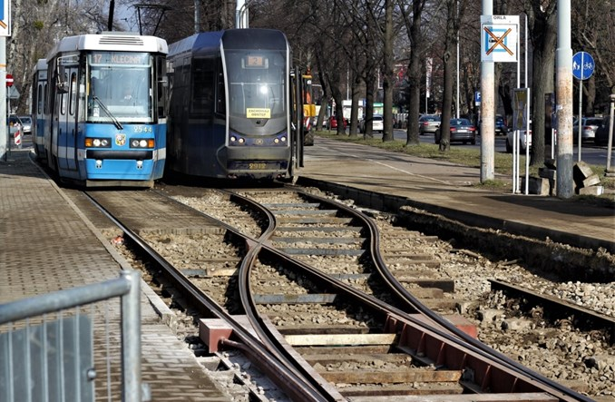 Wrocław: Tramwaje korzystają z  tymczasowych rozjazdów na Powstańców Śląskich [zdjęcia]