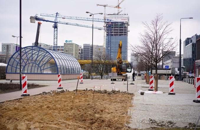 Warszawa: Ciężki sprzęt na Marszałkowskiej. Ruszyła budowa drogi dla rowerów