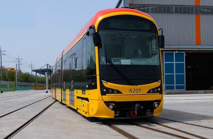 Nowe warszawskie tramwaje po testach w ruchu. Płyną do Polski [film]